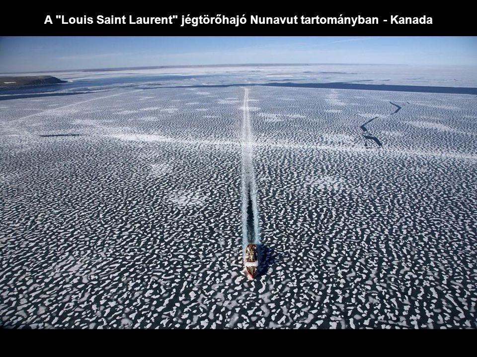 A Louis Saint Laurent jégtörőhajó Nunavut tartományban - Kanada