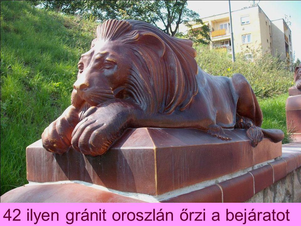 42 ilyen gránit oroszlán őrzi a bejáratot