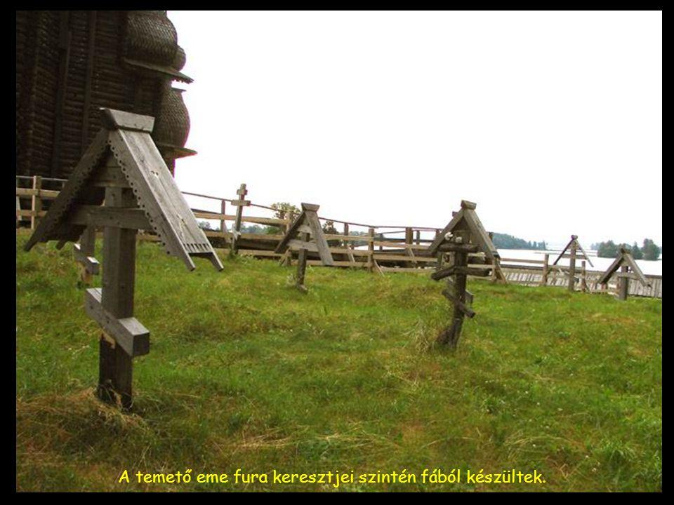 A temető eme fura keresztjei szintén fából készültek.