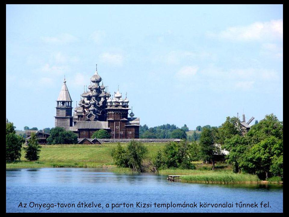 Az Onyega-tavon átkelve, a parton Kizsi templomának körvonalai tűnnek fel.