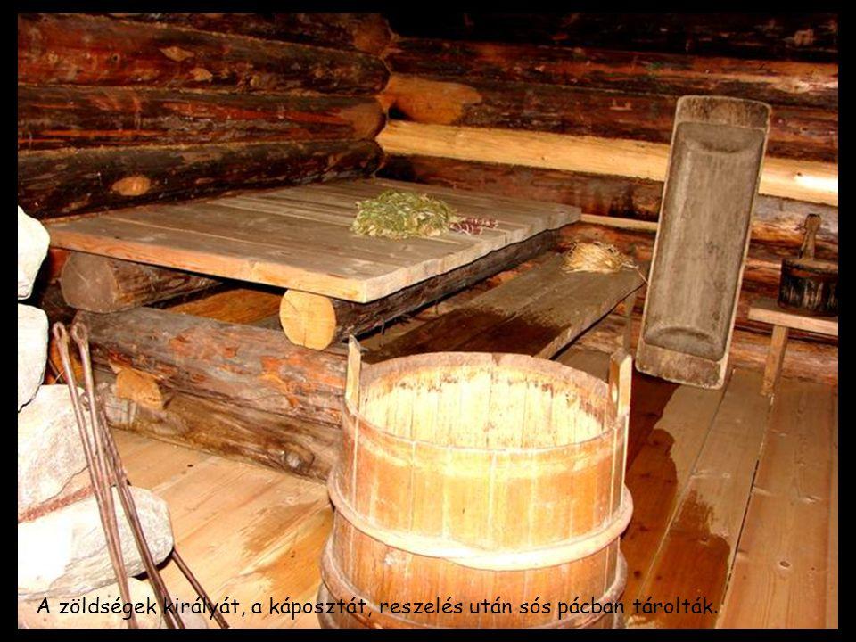 A zöldségek királyát, a káposztát, reszelés után sós pácban tárolták.