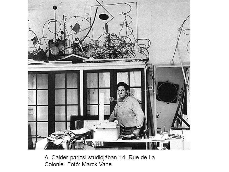 A. Calder párizsi studiójában 14. Rue de La Colonie. Fotó: Marck Vane