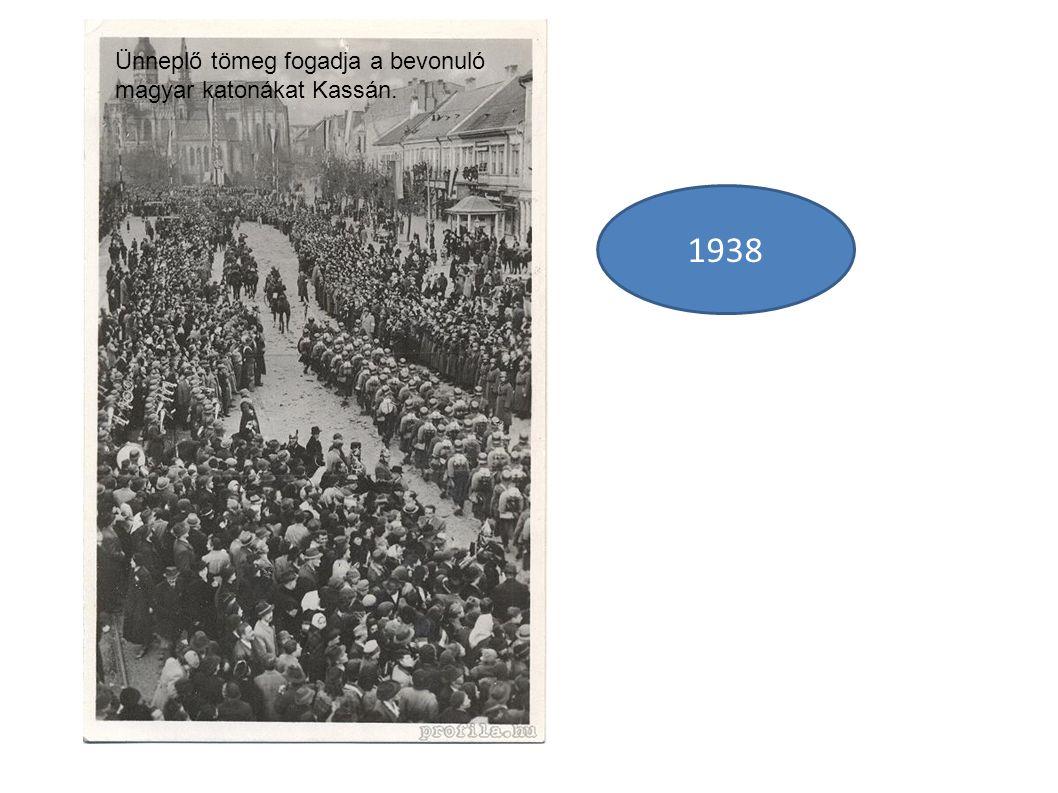 1938 Ünneplő tömeg fogadja a bevonuló magyar katonákat Kassán.