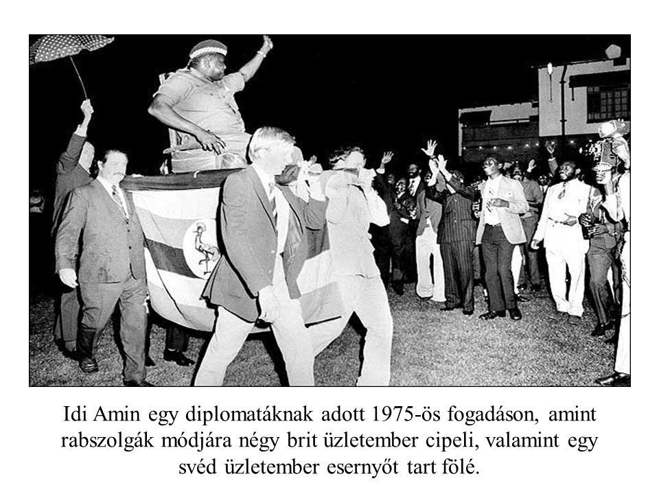 Idi Amin egy diplomatáknak adott 1975-ös fogadáson, amint rabszolgák módjára négy brit üzletember cipeli, valamint egy svéd üzletember esernyőt tart fölé.
