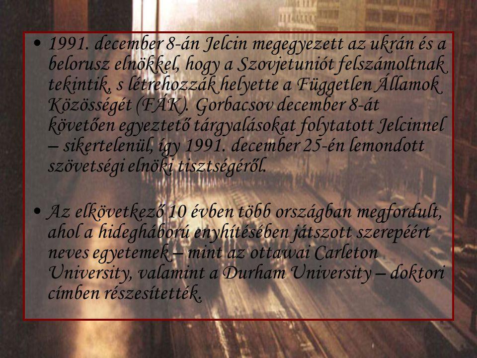 1991. december 8-án Jelcin megegyezett az ukrán és a belorusz elnökkel, hogy a Szovjetuniót felszámoltnak tekintik, s létrehozzák helyette a Független Államok Közösségét (FÁK). Gorbacsov december 8-át követően egyeztető tárgyalásokat folytatott Jelcinnel – sikertelenül, így 1991. december 25-én lemondott szövetségi elnöki tisztségéről.