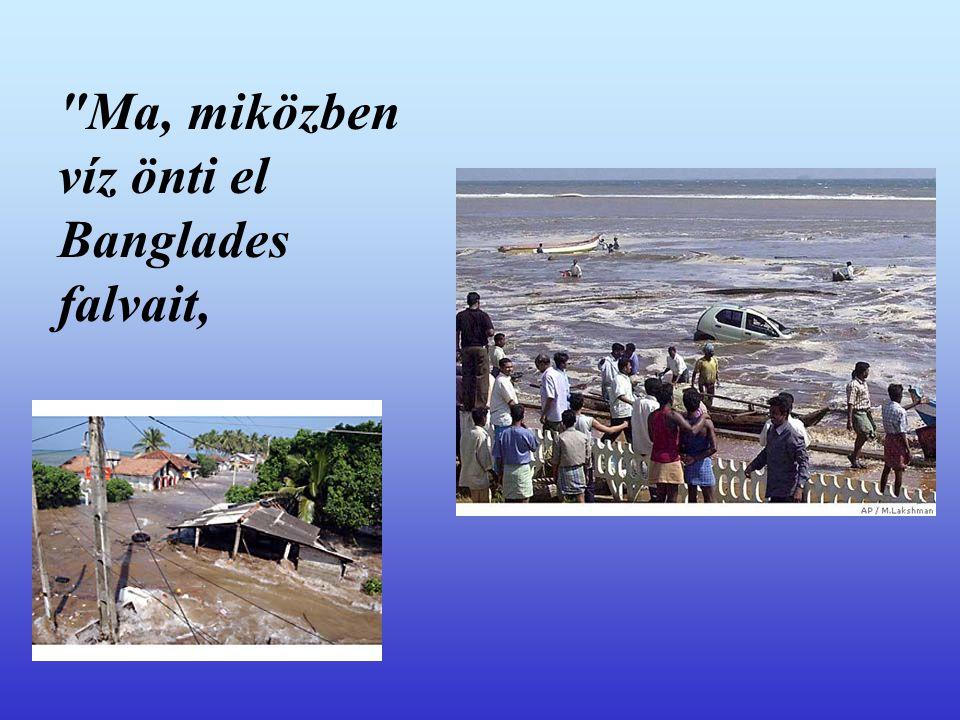 Ma, miközben víz önti el Banglades falvait,