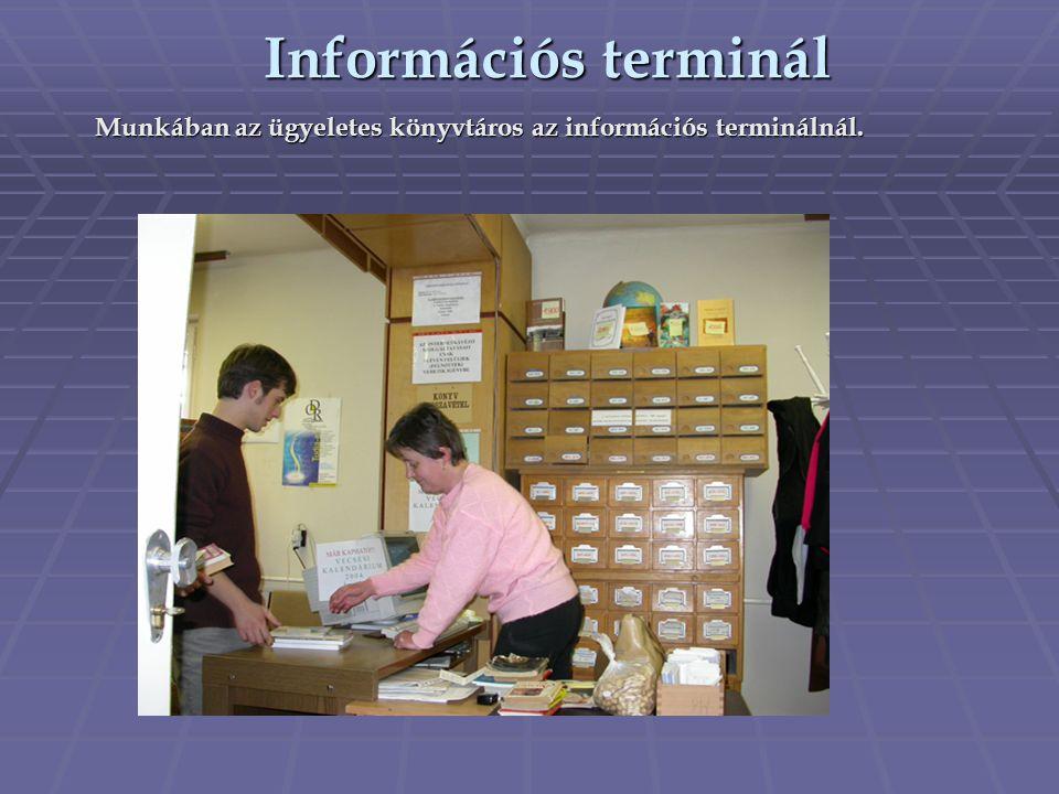 Munkában az ügyeletes könyvtáros az információs terminálnál.