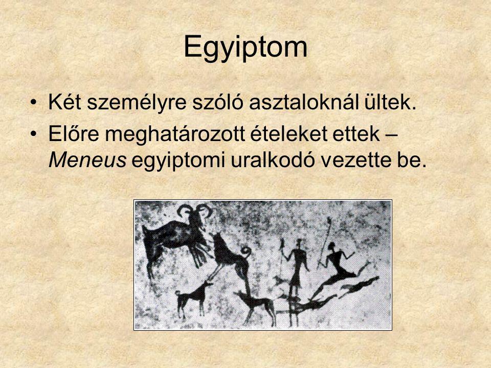 Egyiptom Két személyre szóló asztaloknál ültek.