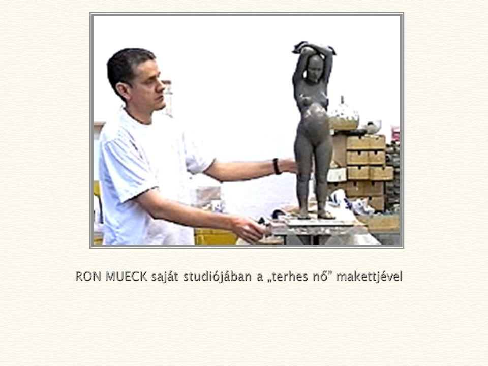 """RON MUECK saját studiójában a """"terhes nő makettjével"""