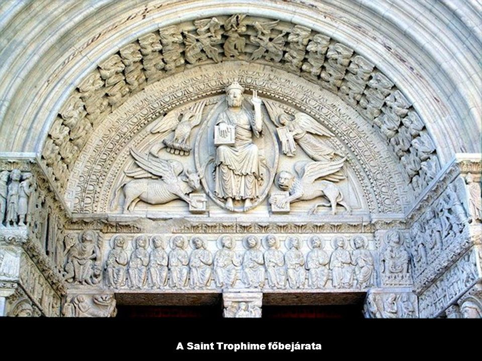 A Saint Trophime főbejárata