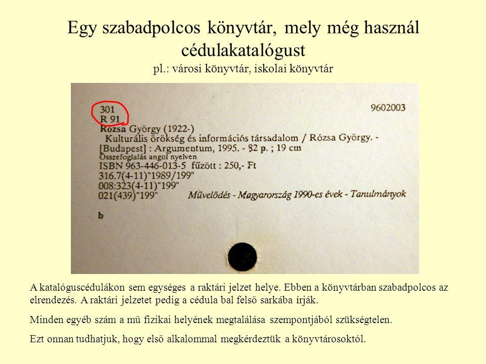 Egy szabadpolcos könyvtár, mely még használ cédulakatalógust pl