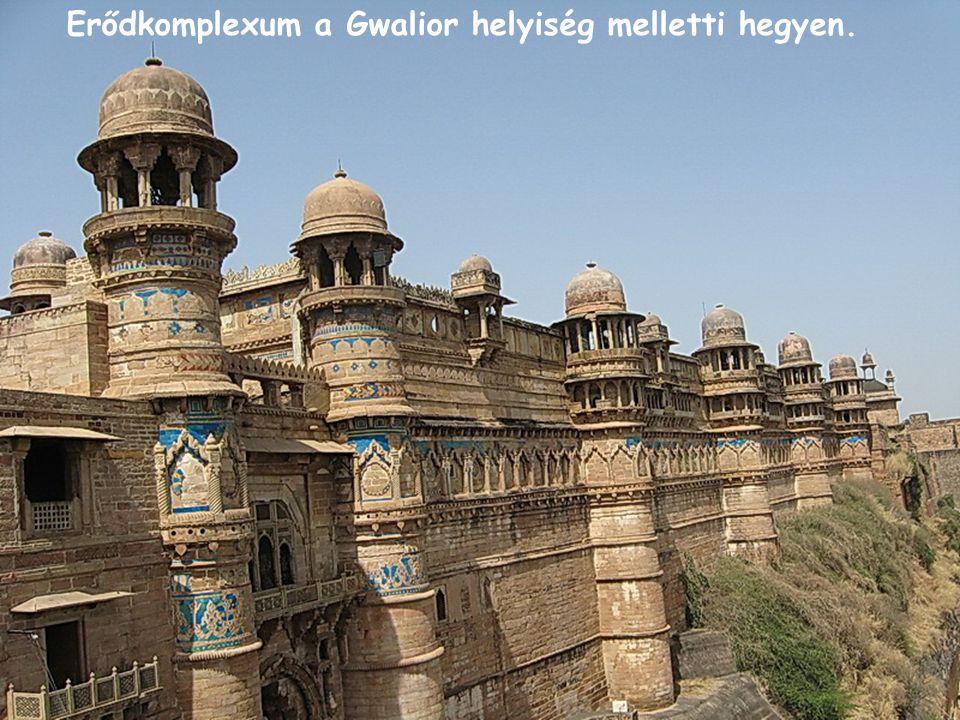 Erődkomplexum a Gwalior helyiség melletti hegyen.