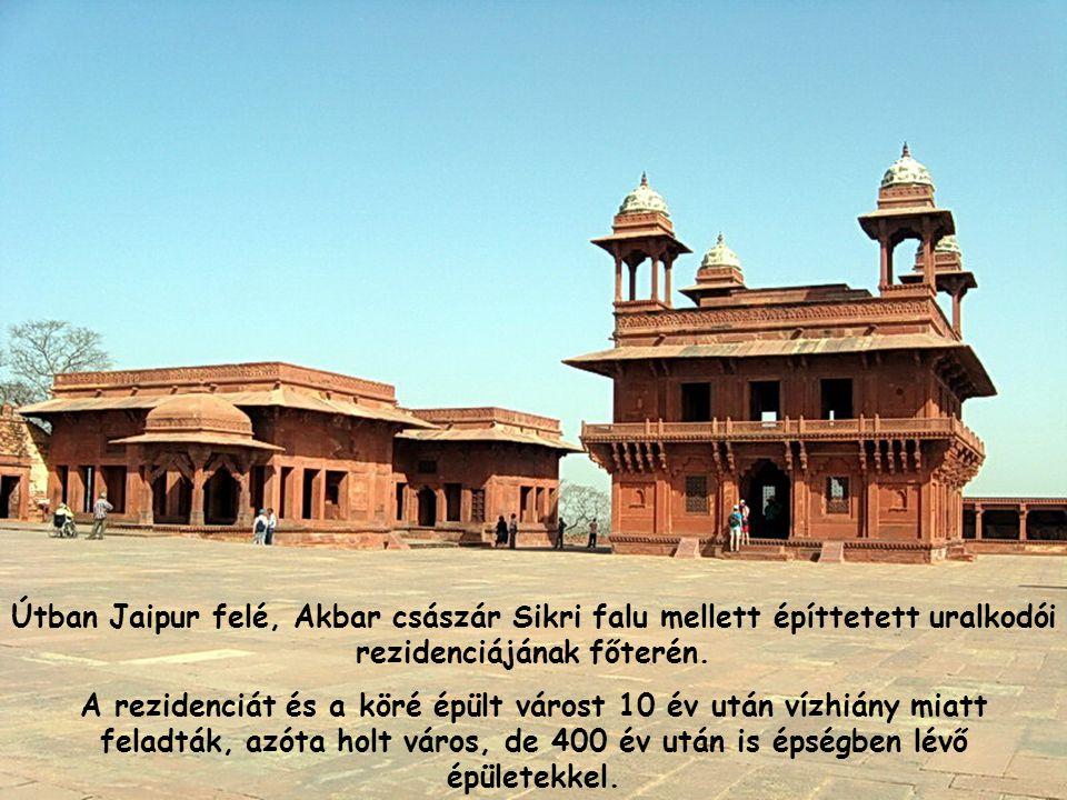 Útban Jaipur felé, Akbar császár Sikri falu mellett építtetett uralkodói rezidenciájának főterén.