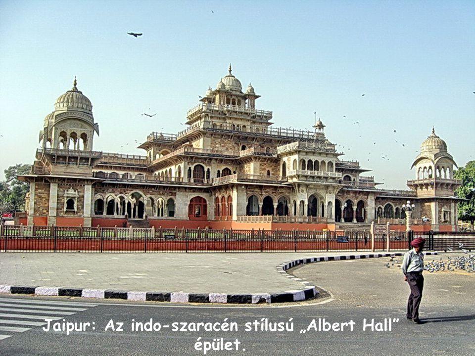 """Jaipur: Az indo-szaracén stílusú """"Albert Hall épület."""