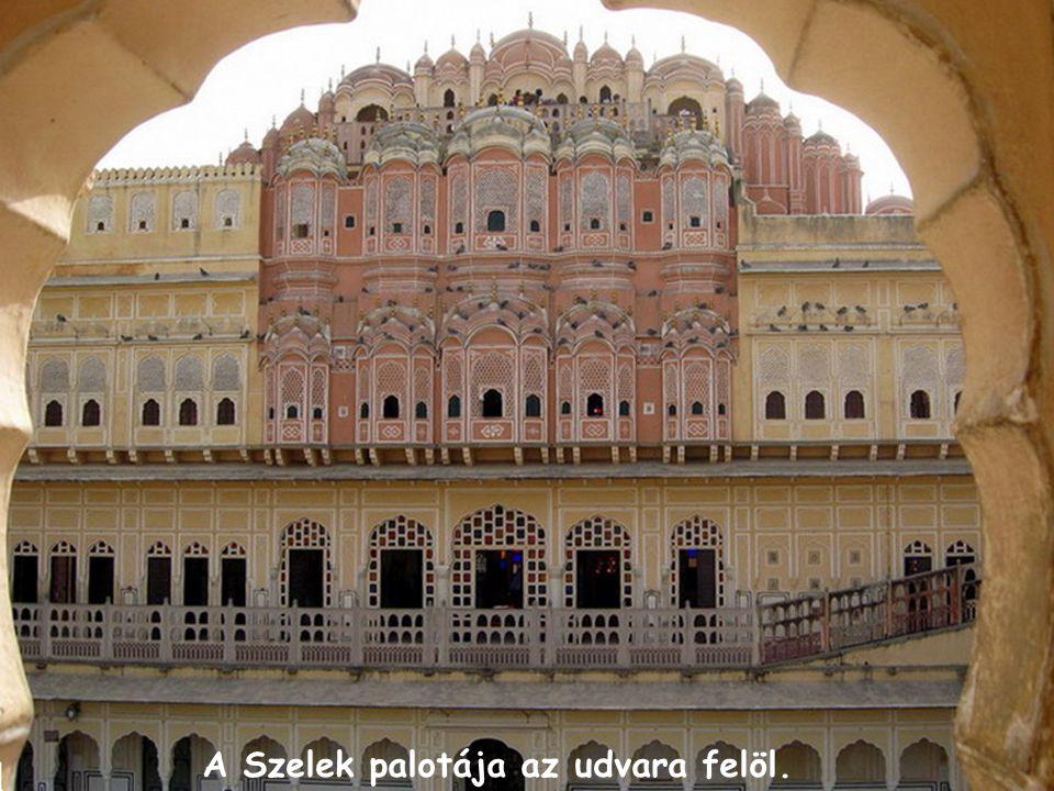 A Szelek palotája az udvara felöl.