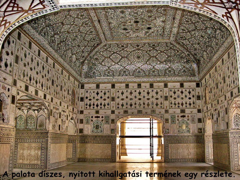 A palota díszes, nyitott kihallgatási termének egy részlete.