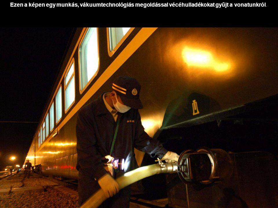 Ezen a képen egy munkás, vákuumtechnológiás megoldással vécéhulladékokat gyűjt a vonatunkról.