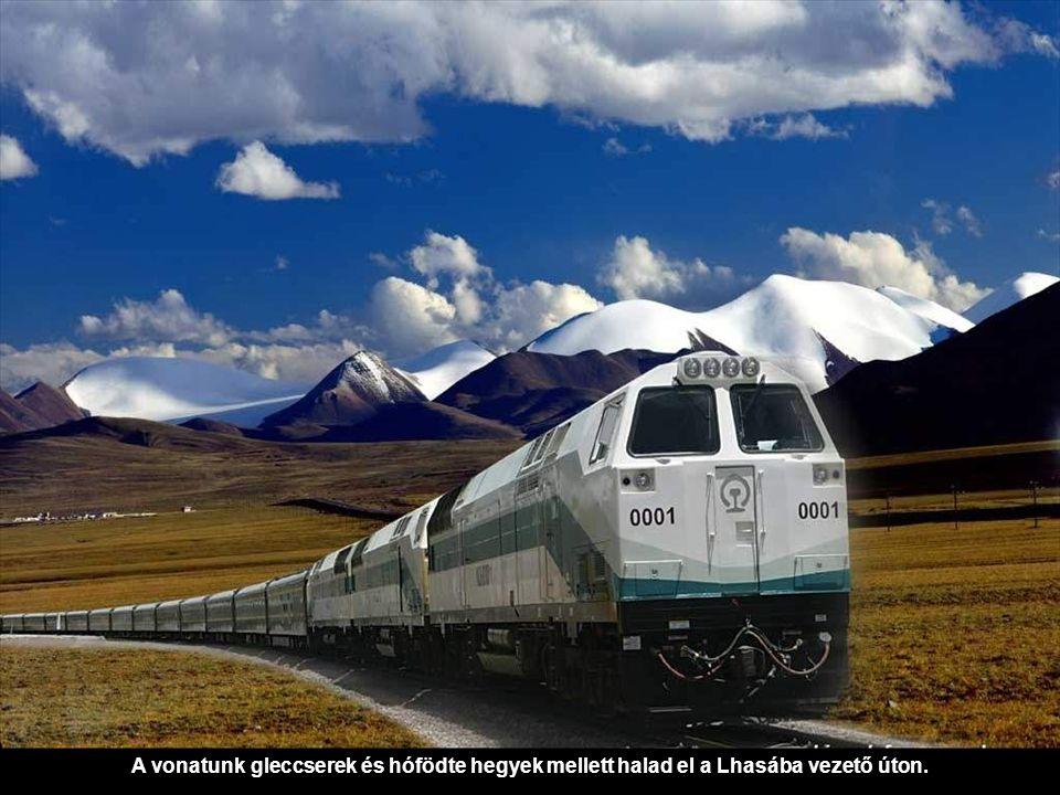 A vonatunk gleccserek és hófödte hegyek mellett halad el a Lhasába vezető úton.