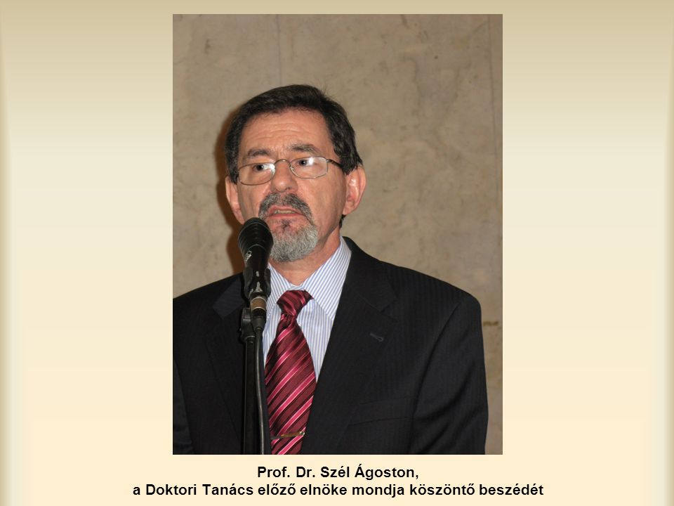 Prof. Dr. Szél Ágoston, a Doktori Tanács előző elnöke mondja köszöntő beszédét
