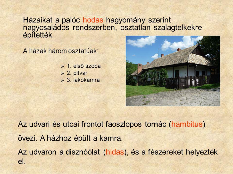 Az udvari és utcai frontot faoszlopos tornác (hambitus)