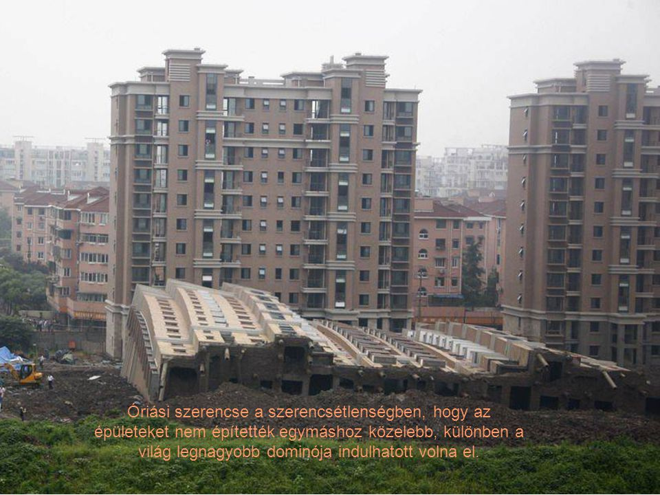 Óriási szerencse a szerencsétlenségben, hogy az épületeket nem építették egymáshoz közelebb, különben a világ legnagyobb dominója indulhatott volna el.