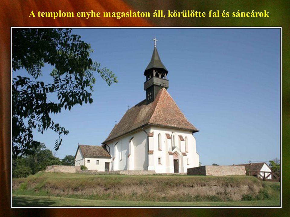 A templom enyhe magaslaton áll, körülötte fal és sáncárok