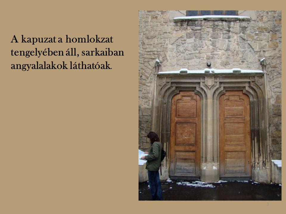 A kapuzat a homlokzat tengelyében áll, sarkaiban angyalalakok láthatóak.