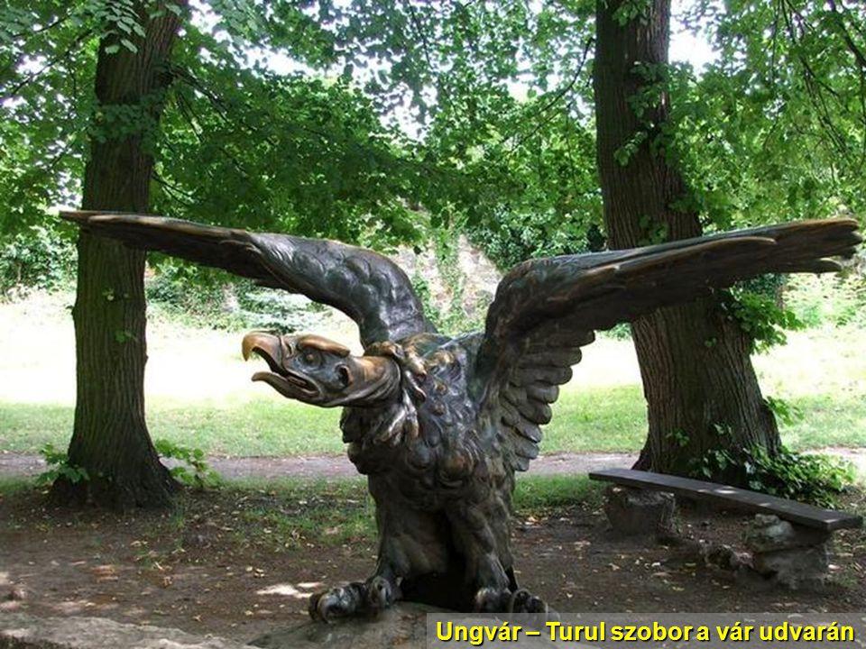 Ungvár – Turul szobor a vár udvarán