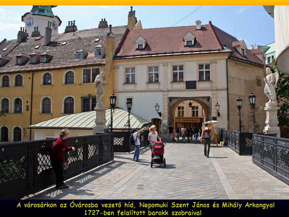 A városárkon az Óvárosba vezető híd, Nepomuki Szent János és Mihály Arkangyal