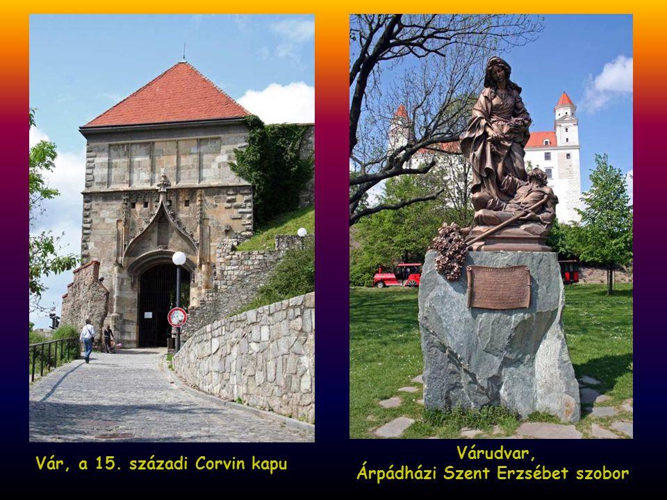 Várudvar, Árpádházi Szent Erzsébet szobor Vár, a 15. századi Corvin kapu