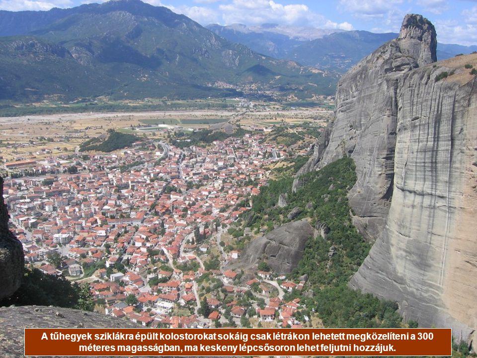 A tűhegyek sziklákra épült kolostorokat sokáig csak létrákon lehetett megközelíteni a 300 méteres magasságban, ma keskeny lépcsősoron lehet feljutni hozzájuk.