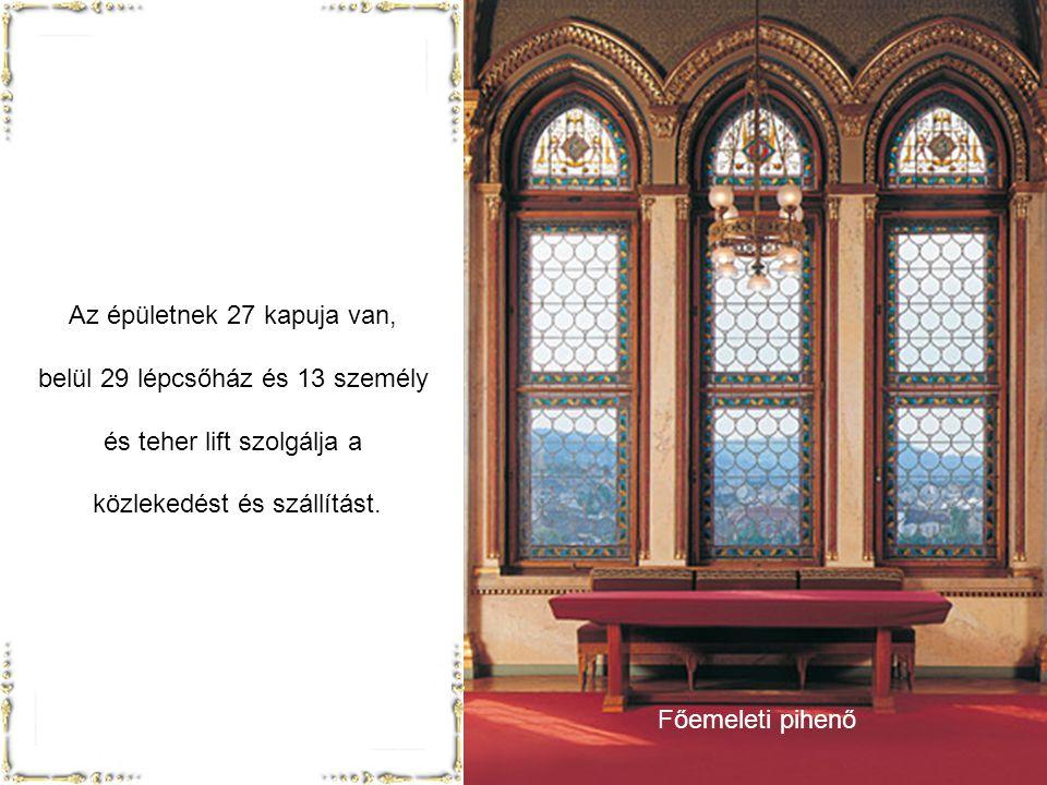 Az épületnek 27 kapuja van, belül 29 lépcsőház és 13 személy