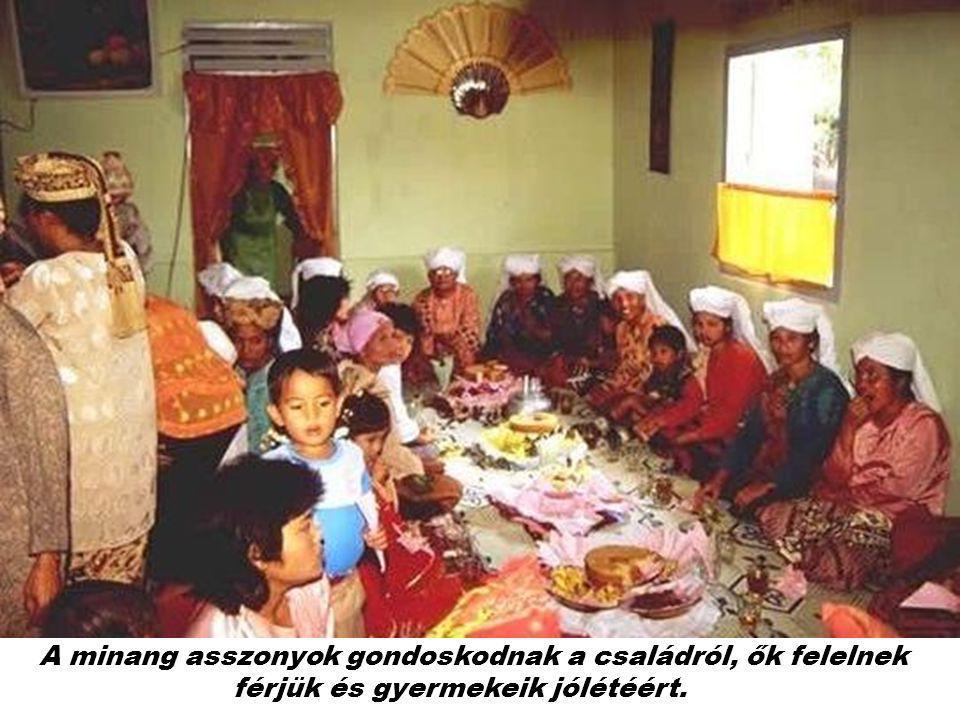 A minang asszonyok gondoskodnak a családról, ők felelnek