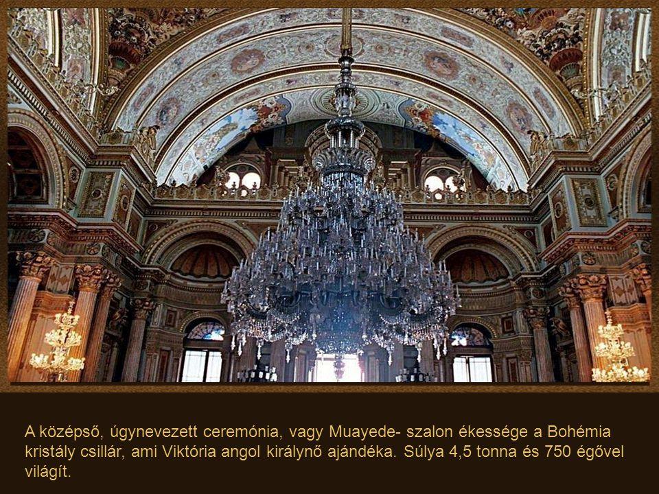 A középső, úgynevezett ceremónia, vagy Muayede- szalon ékessége a Bohémia kristály csillár, ami Viktória angol királynő ajándéka.