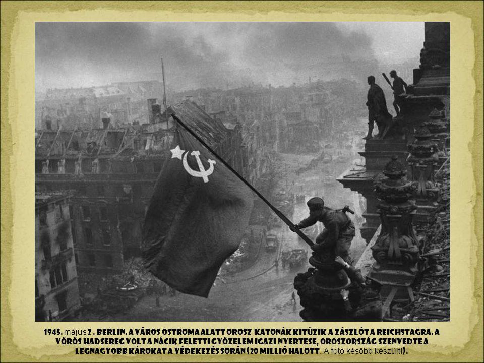 1945. május 2 . BerlIn. a város ostroma alatt Orosz katonák kitüzik a zászlót a Reichstagra.