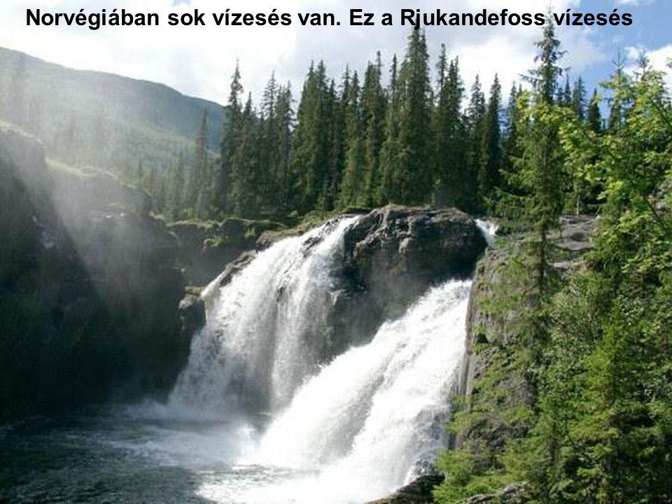 Norvégiában sok vízesés van. Ez a Rjukandefoss vízesés