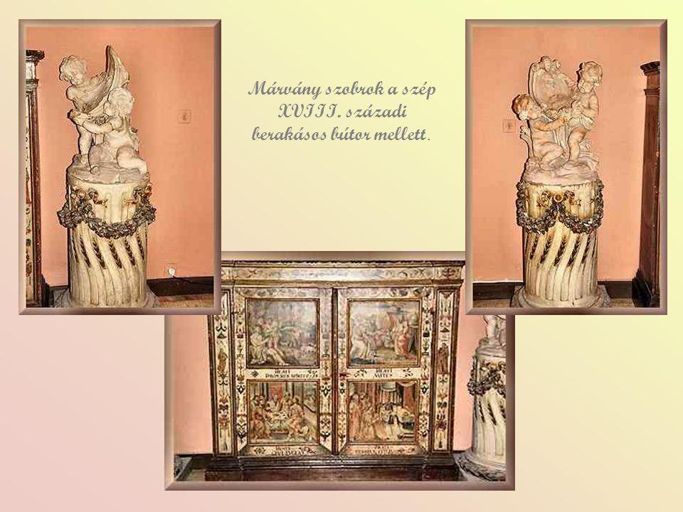 Márvány szobrok a szép XVIII. századi berakásos bútor mellett.