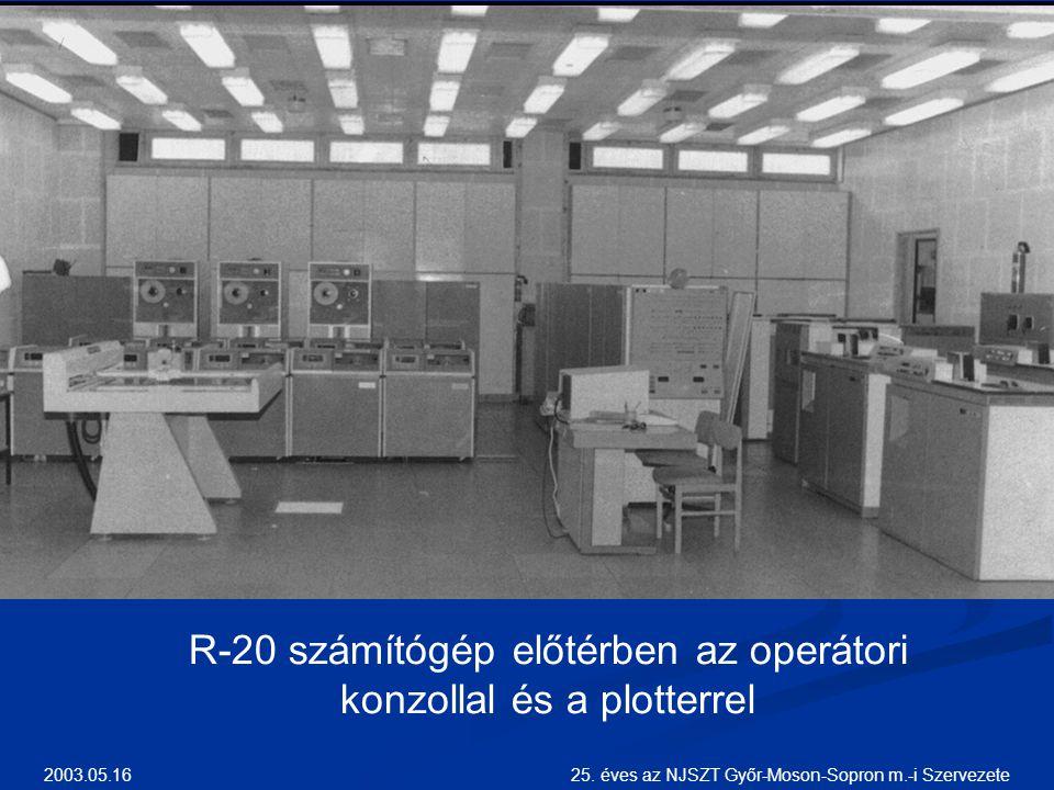 R-20 számítógép előtérben az operátori konzollal és a plotterrel