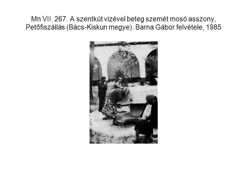 Mn VII. 267. A szentkút vizével beteg szemét mosó asszony, Petőfiszállás (Bács-Kiskun megye).