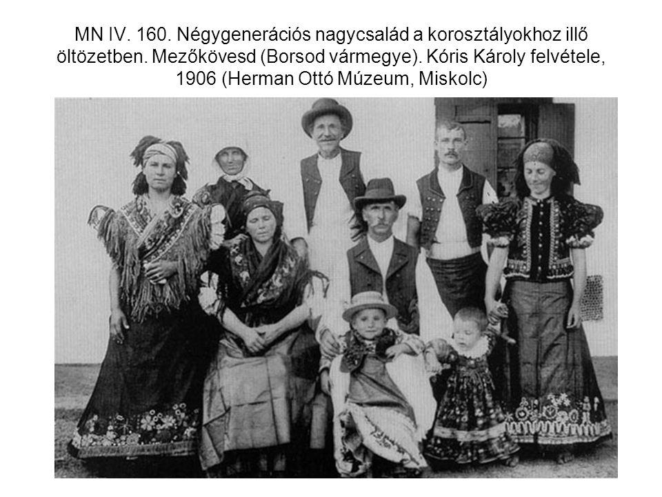 MN IV. 160. Négygenerációs nagycsalád a korosztályokhoz illő öltözetben.