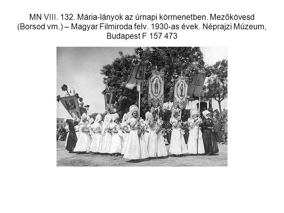 MN VIII. 132. Mária-lányok az úrnapi körmenetben.