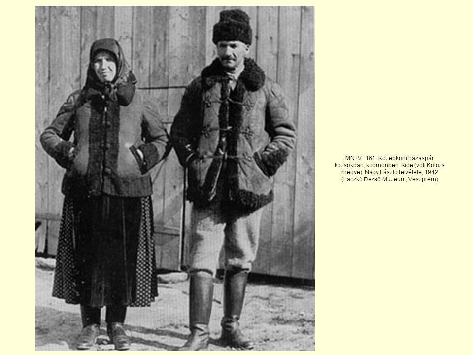MN IV. 161. Középkorú házaspár kozsokban, ködmönben