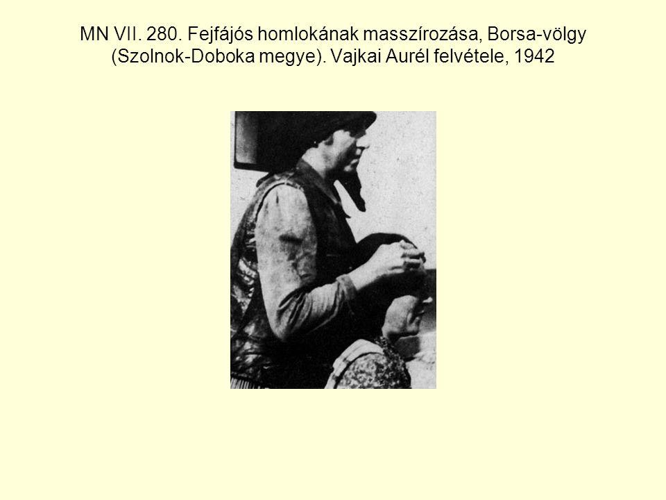 MN VII. 280. Fejfájós homlokának masszírozása, Borsa-völgy (Szolnok-Doboka megye).