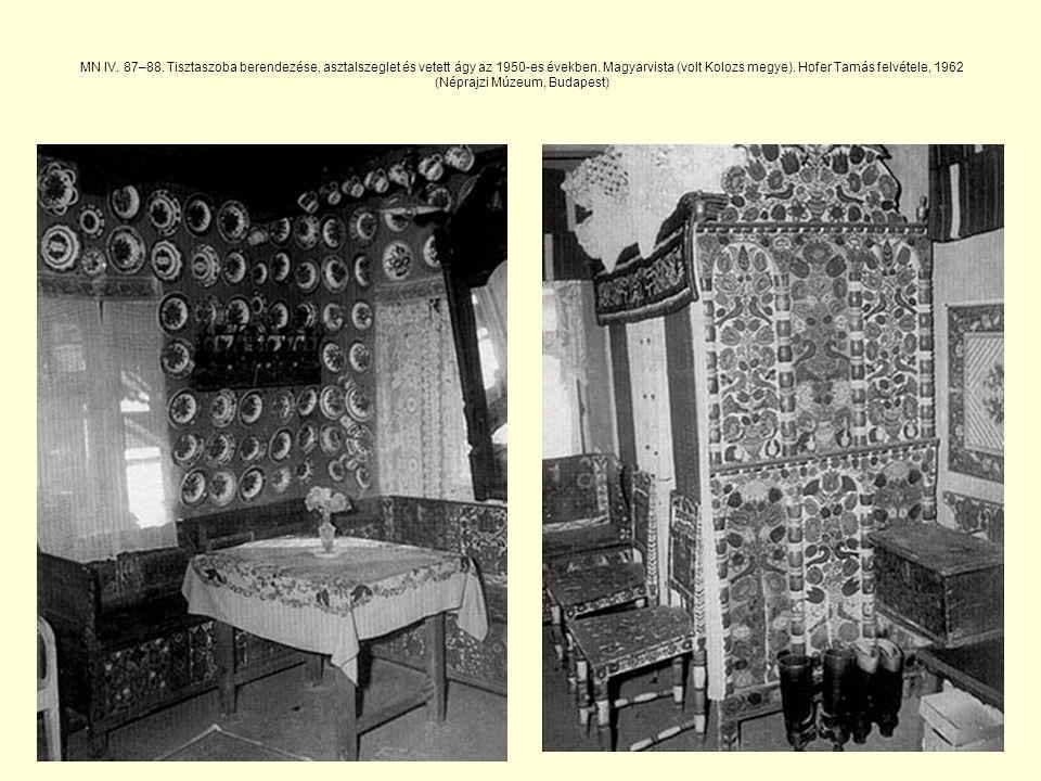 MN IV. 87–88. Tisztaszoba berendezése, asztalszeglet és vetett ágy az 1950-es években.