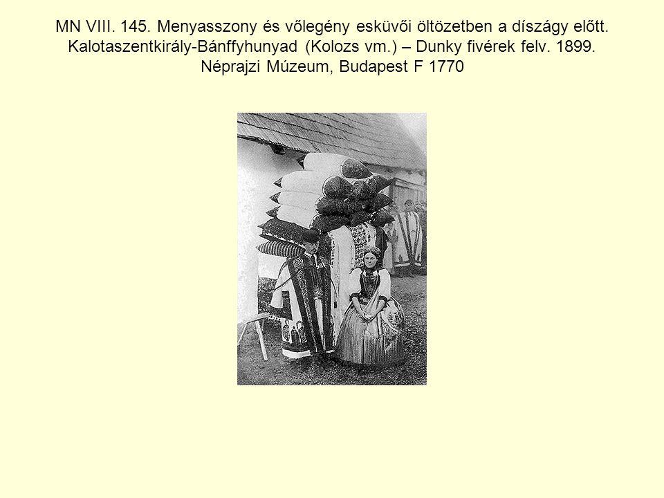 MN VIII. 145. Menyasszony és vőlegény esküvői öltözetben a díszágy előtt.