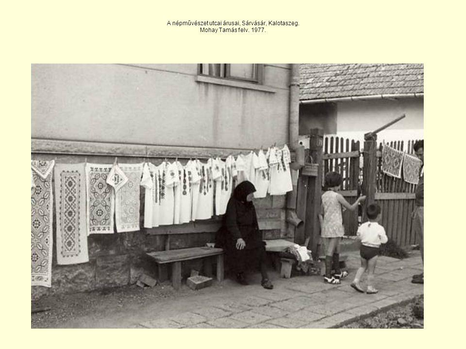 A népművészet utcai árusai, Sárvásár, Kalotaszeg. Mohay Tamás felv