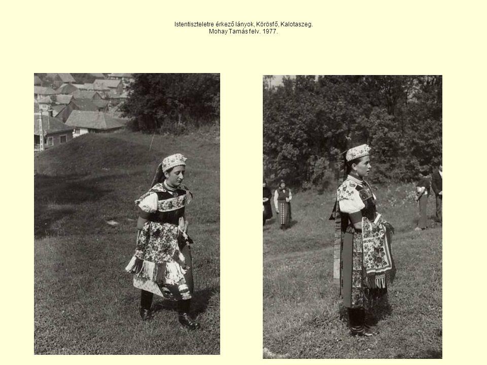 Istentiszteletre érkező lányok, Körösfő, Kalotaszeg. Mohay Tamás felv