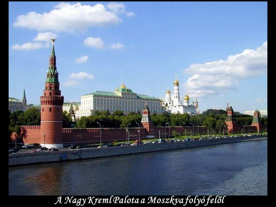 A Nagy Kreml Palota a Moszkva folyó felől