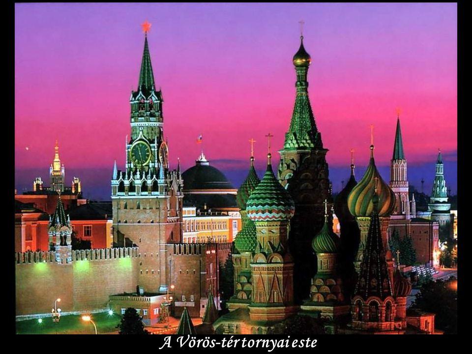 A Vörös-tér tornyai este