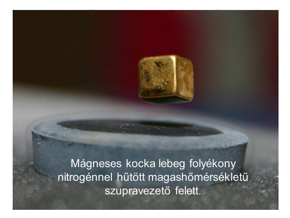 Mágneses kocka lebeg folyékony nitrogénnel hűtött magashőmérsékletű szupravezető felett.